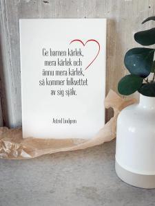 Skylt, Ge barnen kärlek (citat Astrid Lindgren)